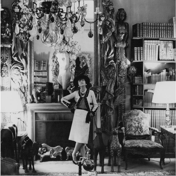 Coco Chanel và bức ảnh huyền thoại trong căn phòng The Ritz Paris mà bà từng sống trong đó 34 năm.