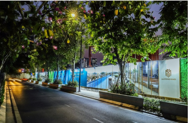 Tường rào bao quanh khu vực rộng 10 ha của dự án Grand Marina, Saigon trên đường Nguyễn Hữu